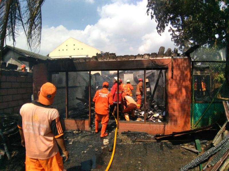 https: img-z.okeinfo.net content 2018 06 21 338 1912233 satu-rumah-di-kebayoran-baru-kebakaran-atap-ludes-dilahap-api-bUW4aB0f23.jpg