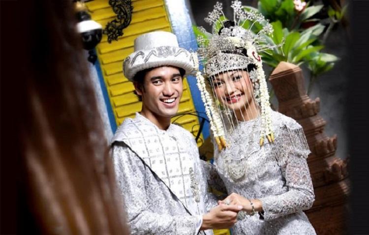 https: img-z.okeinfo.net content 2018 06 23 406 1913139 keunikan-tradisi-di-pernikahan-betawi-mulai-dari-palang-pintu-hingga-ngerudat-UxphqlE7Wx.jpg