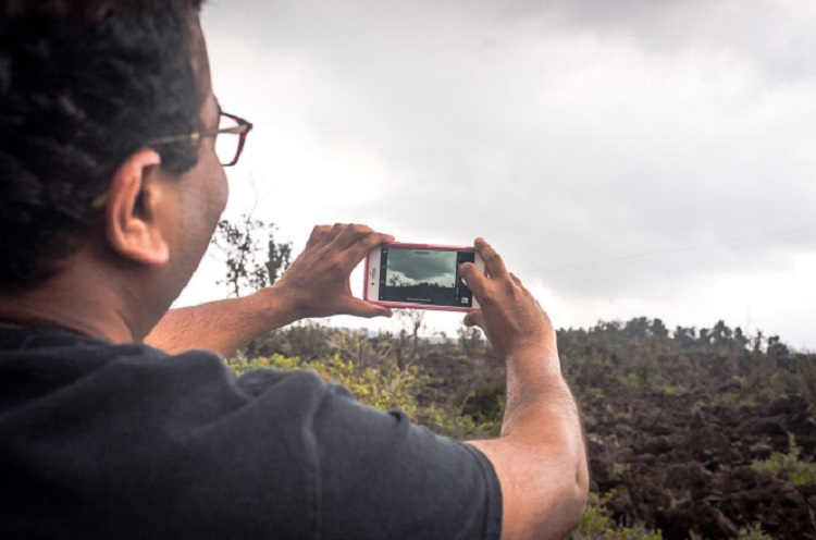 https: img-z.okeinfo.net content 2018 06 26 406 1914195 selfie-sembarangan-di-gunung-kilauea-hawaii-awas-bisa-kena-denda-rp70-juta-y5FUevXgie.jpg