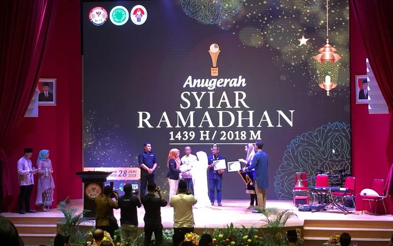 https: img-z.okeinfo.net content 2018 06 28 598 1915213 lewat-ajang-anugerah-syiar-ramadhan-2018-komisi-penyiaran-indonesia-berikan-13-penghargaan-26G06Q9QSa.jpg