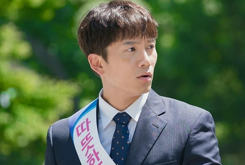 https: img-z.okeinfo.net content 2018 06 30 598 1915944 ji-sung-bakal-jadi-manajer-bank-di-drama-familiar-wife-o5A7M7yFik.jpg