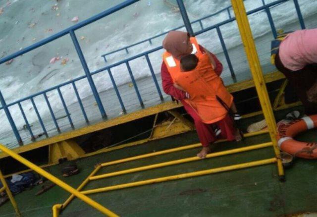 https: img-z.okeinfo.net content 2018 07 03 340 1917194 foto-situasi-kapal-feri-lestari-yang-tenggelam-di-perairan-selayar-wO9hWglQeP.jpg