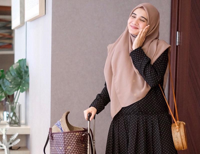 https: img-z.okeinfo.net content 2018 07 05 194 1918291 gaya-liburan-zaskia-sungkar-cantik-maksimal-dengan-hijab-syar-i-zeKgI21HzF.jpg