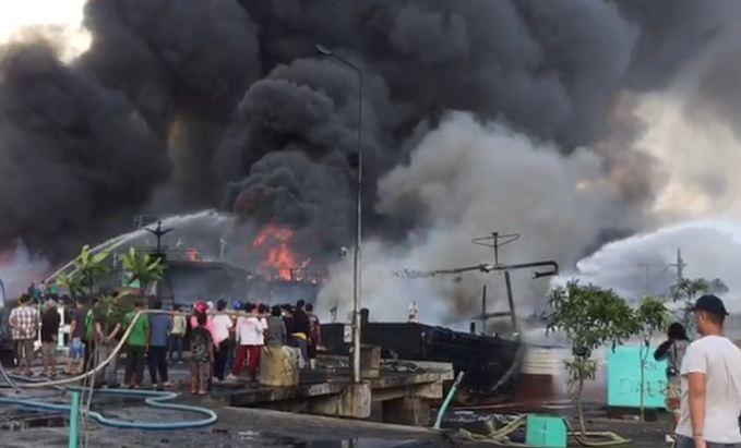 https: img-z.okeinfo.net content 2018 07 09 340 1919761 39-kapal-nelayan-terbakar-di-pelabuhan-benoa-bali-nZutyD6Jr3.JPG
