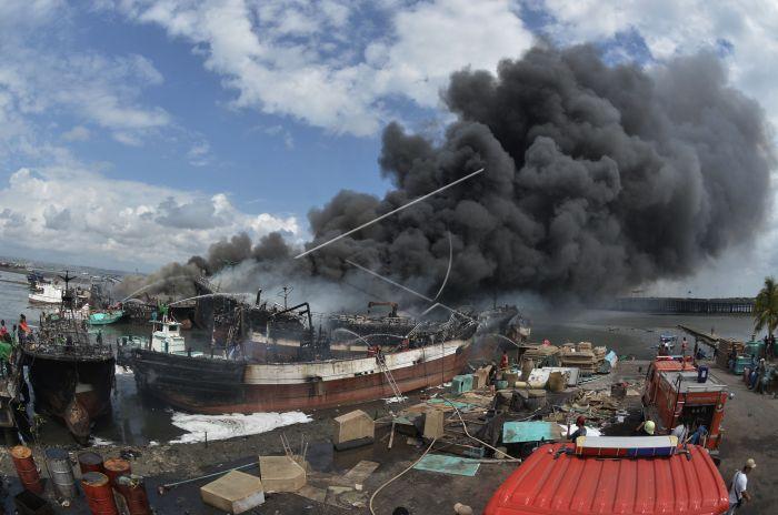 https: img-z.okeinfo.net content 2018 07 09 340 1919977 polisi-menduga-ada-yang-sengaja-bakar-kapal-nelayan-di-benoa-bali-bGibpkWjsc.jpg