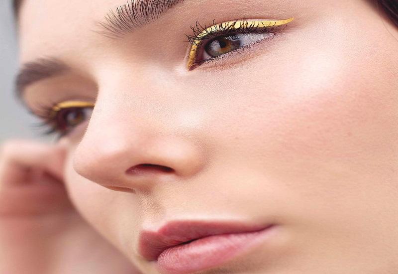 https: img-z.okeinfo.net content 2018 07 10 194 1920333 tren-baru-eyeliner-kuning-wajah-terlihat-cerah-dan-cocok-untuk-siapa-saja-XJQuUMDPKa.jpg