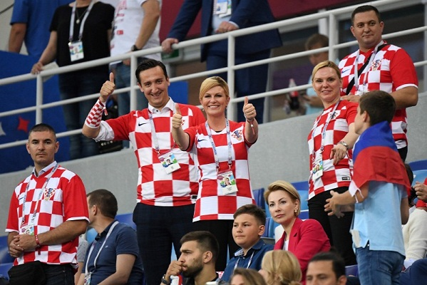 https: img-z.okeinfo.net content 2018 07 11 196 1920773 gaya-presiden-kroasia-saat-nonton-piala-dunia-kenakan-kaus-timnas-dan-tarian-kecil-Kdaf6i1WW0.jpg