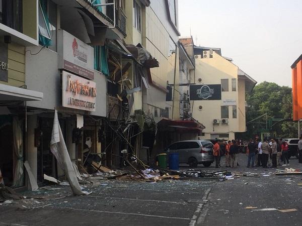 https: img-z.okeinfo.net content 2018 07 12 338 1921243 foto-foto-ledakan-ruko-di-kebayoran-baru-6DvouJMbwK.jpg