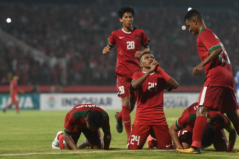 https: img-z.okeinfo.net content 2018 07 12 51 1921612 timnas-indonesia-u-19-dan-malaysia-sama-kuat-1-1-di-babak-pertama-p80NQ2lYhW.jpg