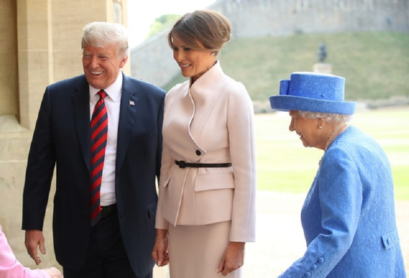 https: img-z.okeinfo.net content 2018 07 14 194 1922361 begini-penampilan-melania-trump-pertama-kali-bertemu-ratu-elizabeth-TfyO9Fu4mC.jpg