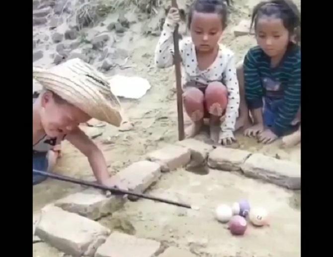 https: img-z.okeinfo.net content 2018 07 14 196 1922280 video-anak-anak-jago-main-biliar-tradisional-orang-dewasa-pasti-kalah-DV353JZdVE.jpg