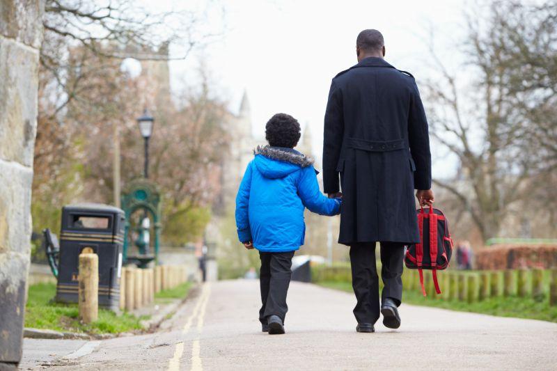 https: img-z.okeinfo.net content 2018 07 16 196 1923170 tak-cuma-ibu-peran-ayah-juga-penting-dalam-mengantar-anak-sekolah-VWAIgp7pyw.jpg