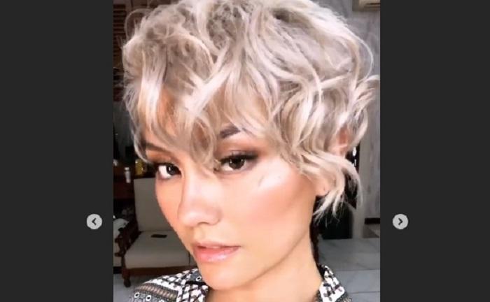 https: img-z.okeinfo.net content 2018 07 18 194 1924052 agnez-mo-ubah-gaya-rambut-lagi-kali-ini-jadi-pixy-curly-OG8IroZiCl.jpg