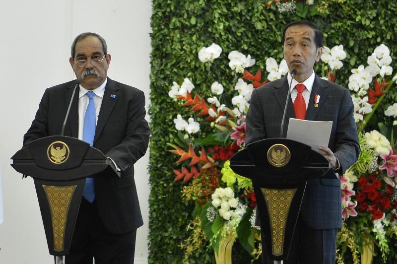 https: img-z.okeinfo.net content 2018 07 18 337 1924177 jokowi-tawarkan-pesawat-n-219-buatan-indonesia-ke-presiden-mikronesia-Sdz3ffk0MG.jpg