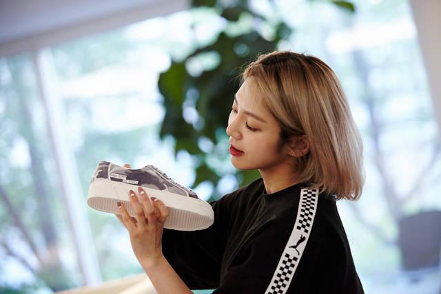 https: img-z.okeinfo.net content 2018 07 25 194 1927181 tak-cuma-bts-kini-giliran-exo-dan-snsd-rilis-sepatu-sneakers-rancangan-sendiri-uCsOXcErsg.jpeg