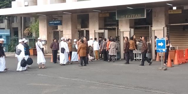 https: img-z.okeinfo.net content 2018 07 25 338 1926951 ratusan-jamaah-mulai-memadati-pengajian-akbar-di-masjid-istiqlal-RqGt6Ayl62.jpg