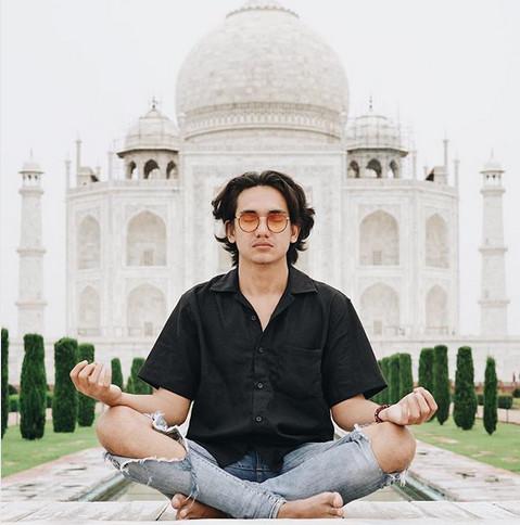 https: img-z.okeinfo.net content 2018 08 03 406 1931150 mirip-aktor-bollywood-intip-foto-foto-liburan-adipati-dolken-di-india-vUsdZA4mSE.jpg