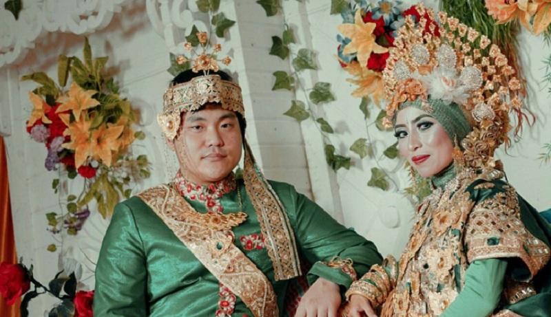 https: img-z.okeinfo.net content 2018 08 06 196 1932272 beredar-foto-perempuan-indonesia-menikah-dengan-pria-korea-oppa-nya-pakai-peci-bikin-gemas-stkh5BeGeK.jpg
