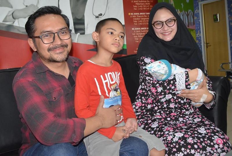 https: img-z.okeinfo.net content 2018 08 06 33 1932714 cerita-zee-zee-shahab-melahirkan-secara-caesar-dalam-waktu-30-menit-Vc8MfmtyAQ.jpg