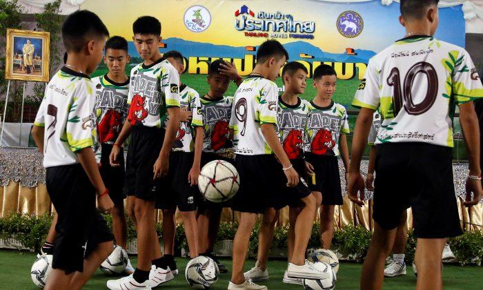 https: img-z.okeinfo.net content 2018 08 09 18 1934043 pelatih-sepakbola-dan-3-remaja-yang-terjebak-di-gua-thailand-diberikan-kewarganegaraan-eaHHyAfxde.jpg