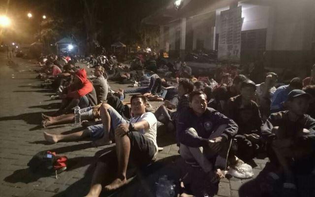 https: img-z.okeinfo.net content 2018 08 11 51 1934971 demi-tiket-final-ratusan-pendukung-timnas-indonesia-u-16-menginap-di-stadion-motildtvsB.jpg