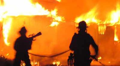 https: img-z.okeinfo.net content 2018 08 13 338 1935653 kebakaran-permukiman-padat-penduduk-di-cilincing-12-mobil-damkar-dikerahkan-637hW7uRkR.jpg