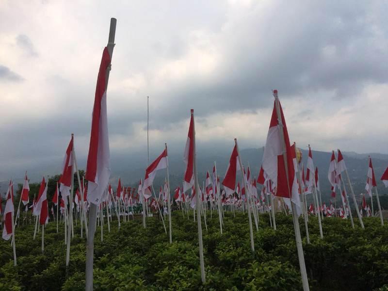 https: img-z.okeinfo.net content 2018 08 13 406 1935700 merinding-melihat-1970-bendera-merah-putih-berdiri-kokoh-di-lereng-gunung-lawu-IFQhdv9fx6.jpeg