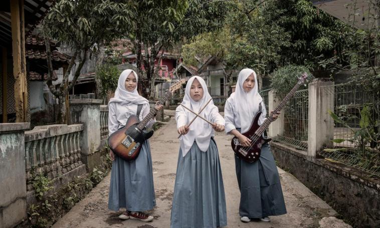 https: img-z.okeinfo.net content 2018 08 14 194 1936273 band-metal-beranggotakan-3-gadis-ini-tampil-beda-dengan-berhijab-XgaOmM3KjB.jpg