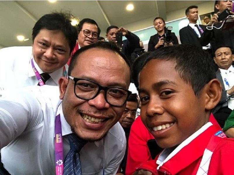 https: img-z.okeinfo.net content 2018 08 19 320 1938521 menaker-selfie-bareng-joni-pahlawan-tiang-bendera-dari-atambua-onXsS9nzVM.jpeg