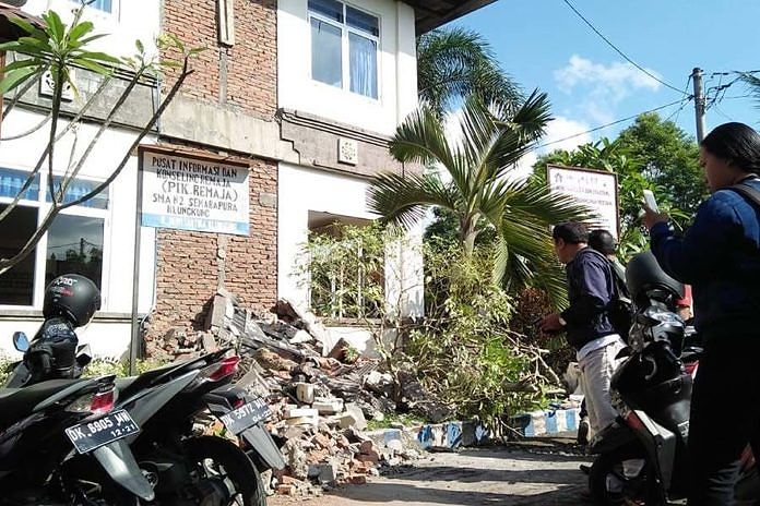 https: img-z.okeinfo.net content 2018 08 20 340 1938852 bangunan-sekolah-di-bali-rusak-akibat-gempa-lombok-material-berjatuhan-JFf13FFYF7.jpeg