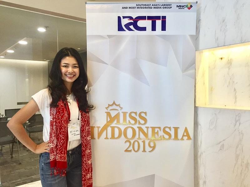 https: img-z.okeinfo.net content 2018 09 02 194 1944824 audisi-miss-indonesia-2019-hari-kedua-walau-saling-bersaing-para-peserta-tetap-percaya-diri-x9pX3LcNrS.jpg