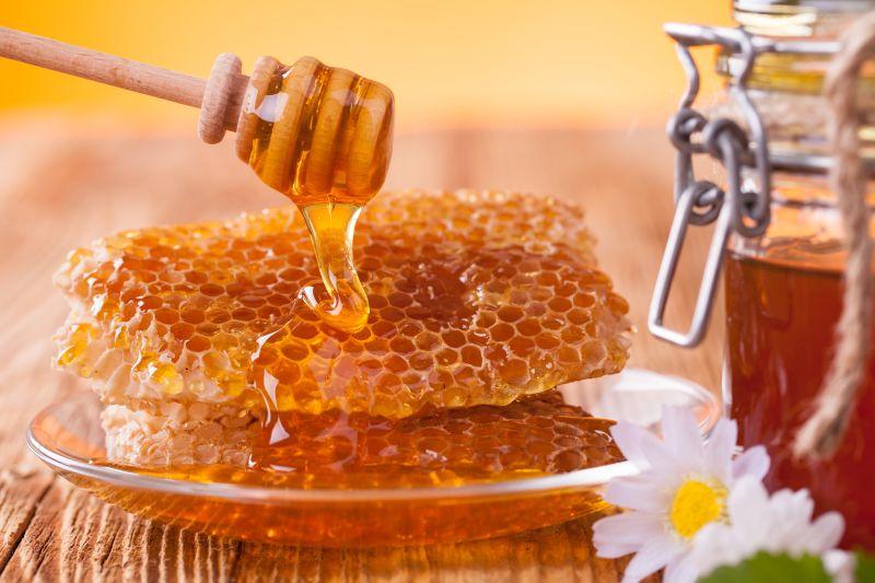 https: img-z.okeinfo.net content 2018 09 07 481 1947497 6-manfaat-minum-air-madu-dari-kesehatan-kulit-hingga-jantung-SVhWOVYrJp.jpg