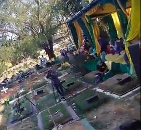 https: img-z.okeinfo.net content 2018 09 09 338 1948241 viral-pesta-pernikahan-dan-dangdutan-di-tengah-kuburan-warganet-astaghfirullah-gINMYfV59E.JPG
