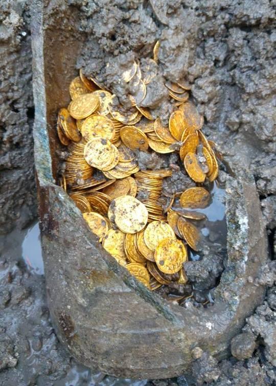 https: img-z.okeinfo.net content 2018 09 10 18 1948518 ratusan-koin-emas-romawi-kuno-ditemukan-di-lokasi-pembangunan-pemukiman-mewah-italia-oHEWag4Dvv.jpg