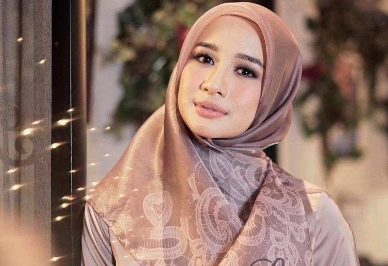 https: img-z.okeinfo.net content 2018 09 10 33 1948333 lagi-laudya-cynthia-bella-tertangkap-kamera-tak-pakai-hijab-0ew6Jlfikn.jpg
