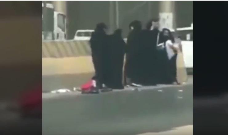 https: img-z.okeinfo.net content 2018 09 13 196 1950089 anak-malang-ini-jadi-korban-2-kelompok-wanita-yang-berkelahi-videonya-viral-PZGzfZVvnI.jpg
