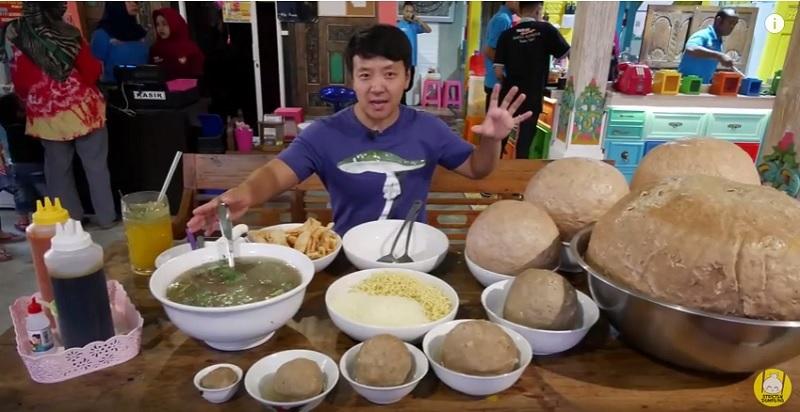 https: img-z.okeinfo.net content 2018 09 13 298 1949839 food-vlogger-tertantang-makan-bakso-45kg-terbesar-di-indonesia-8fnIlQqhmK.jpg