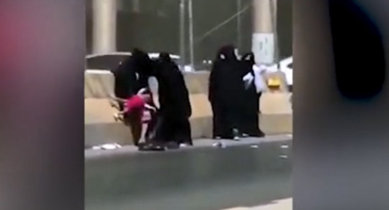 https: img-z.okeinfo.net content 2018 09 14 18 1950485 lima-perempuan-baku-hantam-di-tepi-jalan-riyadh-seorang-anak-jadi-korban-FPuoWxBs68.jpg