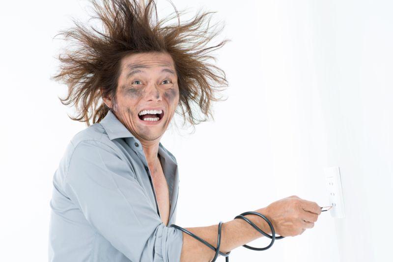 https: img-z.okeinfo.net content 2018 09 26 196 1956103 jangan-panik-ini-hal-yang-harus-kamu-lakukan-ketika-tersengat-listrik-uDGPTdRG40.jpg