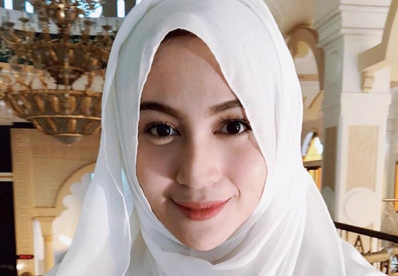 https: img-z.okeinfo.net content 2018 09 27 194 1956282 intip-5-gaya-hijab-denira-wiraguna-perempuan-yang-dikabarkan-dekat-dengan-kevin-sanjaya-LIDw5hCCyr.jpeg