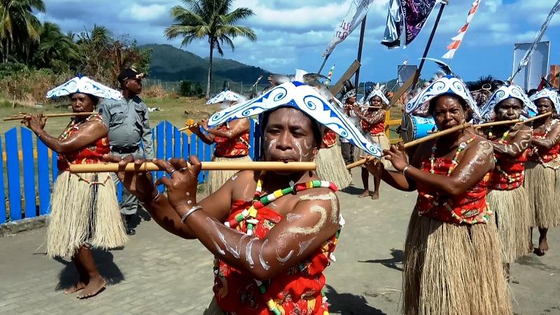 https: img-z.okeinfo.net content 2018 09 27 406 1956231 kemeriahan-festival-suling-tambur-raja-ampat-2018-bikin-turis-asing-terpesona-3IcrEguDzc.jpg