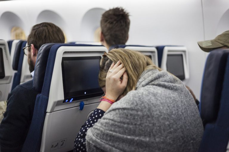 https: img-z.okeinfo.net content 2018 10 02 481 1958595 cara-mengatasi-sakit-telinga-selama-penerbangan-WbPsI49442.jpg
