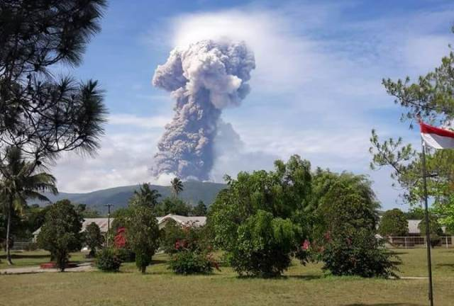 https: img-z.okeinfo.net content 2018 10 04 340 1959807 7-pendaki-berhasil-dievakuasi-dari-gunung-soputan-dtT31jbv52.jpg