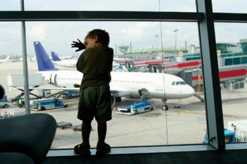 https: img-z.okeinfo.net content 2018 10 05 196 1960371 seperti-film-home-alone-keluarga-ini-teledor-meninggalkan-anaknya-di-bandara-GwA3W2VSun.jpg