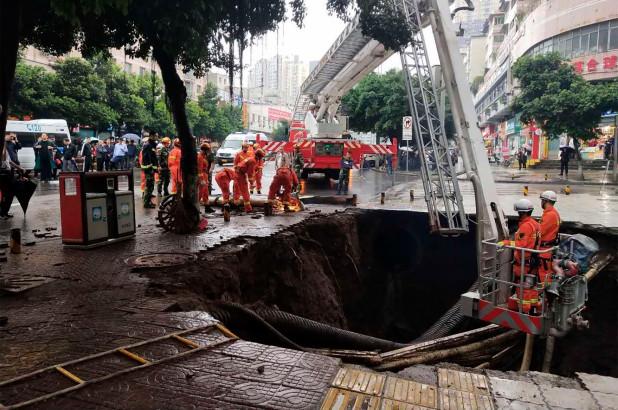 https: img-z.okeinfo.net content 2018 10 10 18 1962032 empat-orang-di-china-tewas-ditelan-lubang-yang-tiba-tiba-muncul-di-tanah-JXHhjvDrDg.jpg