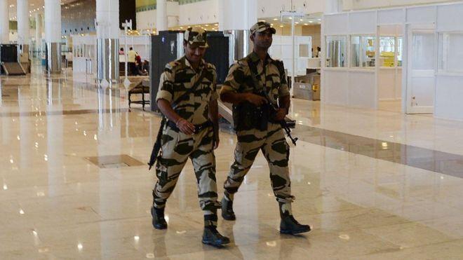 https: img-z.okeinfo.net content 2018 10 10 18 1962128 polisi-yang-bertugas-di-bandara-india-diminta-tidak-mengumbar-senyum-ZXBKUfztBl.jpg