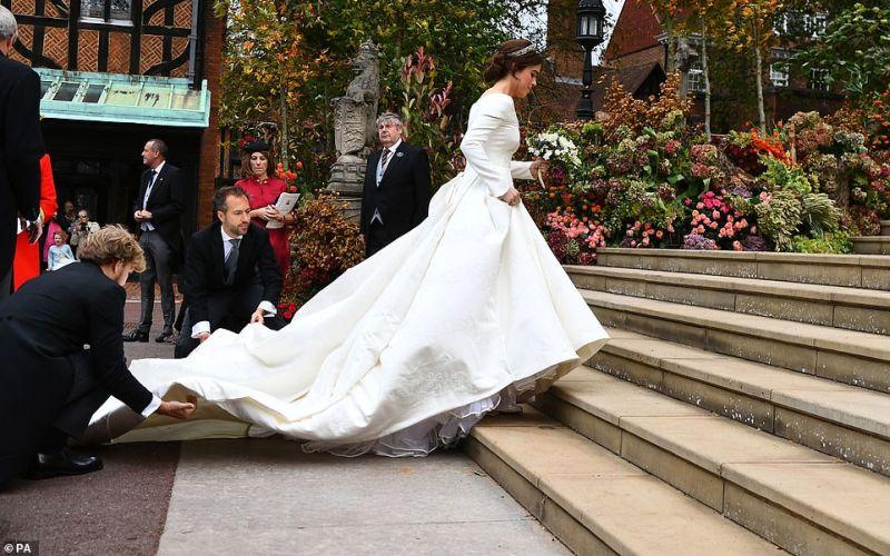 https: img-z.okeinfo.net content 2018 10 12 196 1963330 pengiring-cilik-terjatuh-topi-terbang-hingga-tersingkapnya-rok-hiasi-jalannya-royal-wedding-putri-eugenie-2rAo5momHr.jpg