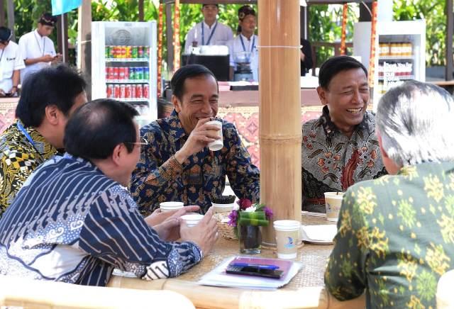 https: img-z.okeinfo.net content 2018 10 12 337 1963233 rehat-sejenak-jokowi-ngopi-bareng-menterinya-di-acara-annual-meeting-imf-wb-OwXtSAnfoV.jpg