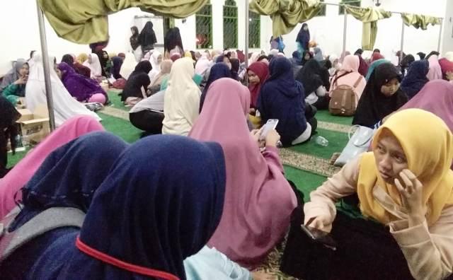 https: img-z.okeinfo.net content 2018 10 12 338 1963437 asramanya-terbakar-ratusan-mahasiswi-santri-iiq-ngungsi-ke-masjid-vij9Wkhh4h.jpg