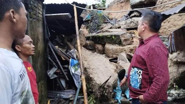 https: img-z.okeinfo.net content 2018 10 12 340 1962924 hujan-deras-akibatkan-longsor-di-sibolga-4-orang-meninggal-dunia-kGSuIKjuKI.jpg